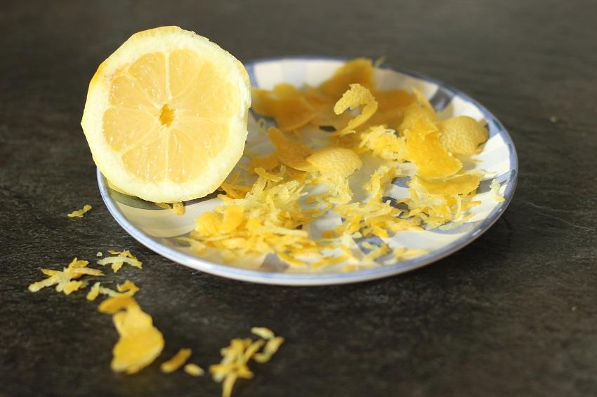 Zitronen auspressen und Schalen abrollen