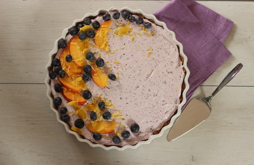 Kuchen ohne Backen mit Obst verzieren